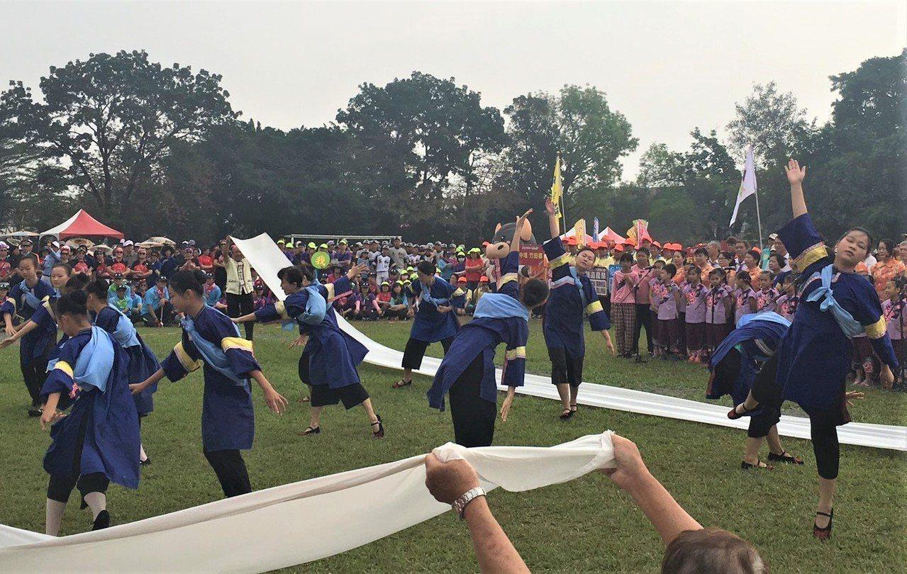 又稱「大武山下小奧運」的六堆運動會,今天在屏東內埔國中舉行開幕典禮,小學生著藍衫...