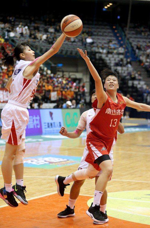 南山陳昱潔(右)拿下全隊最高的19分。記者余承翰/攝影