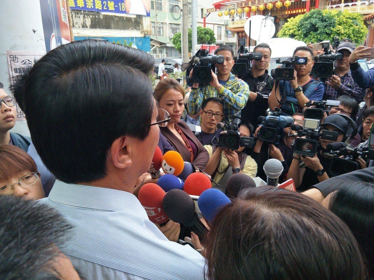 謝龍介現身佳里計票中心宣布敗選。記者謝進盛/ 攝影