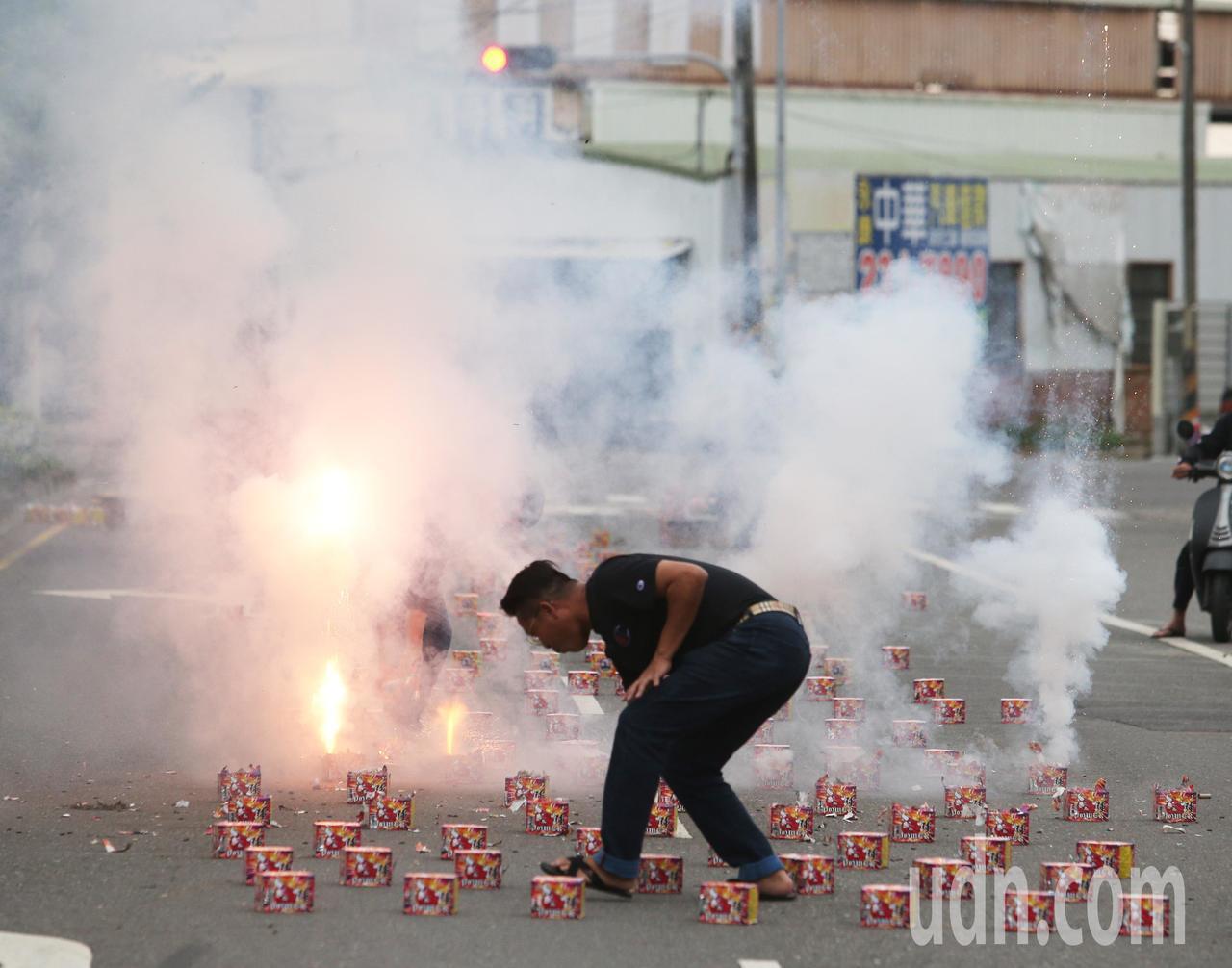 台南立委補選民進黨郭國文宣布當選,支持者放鞭炮慶祝。記者劉學聖/攝影