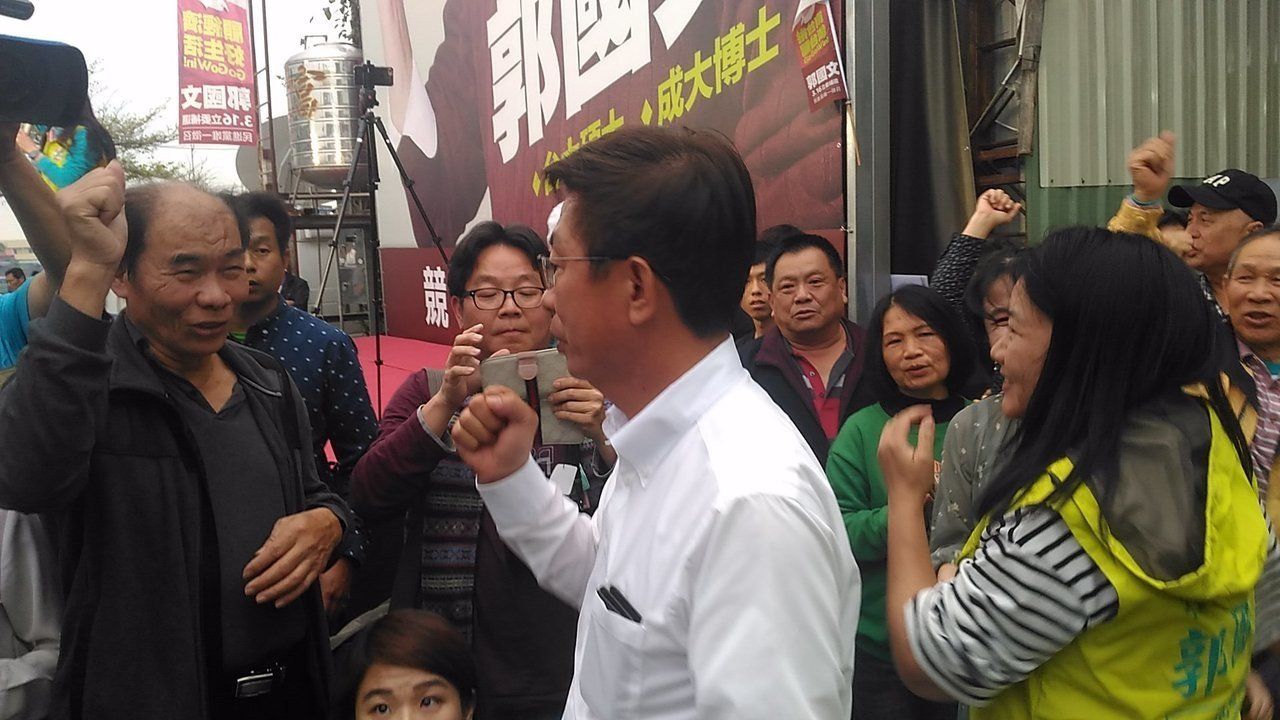 郭國文當選立委,他和妻子湯靜雯出現走向記者會場,支持者更是興奮莫名,有女性支持者...