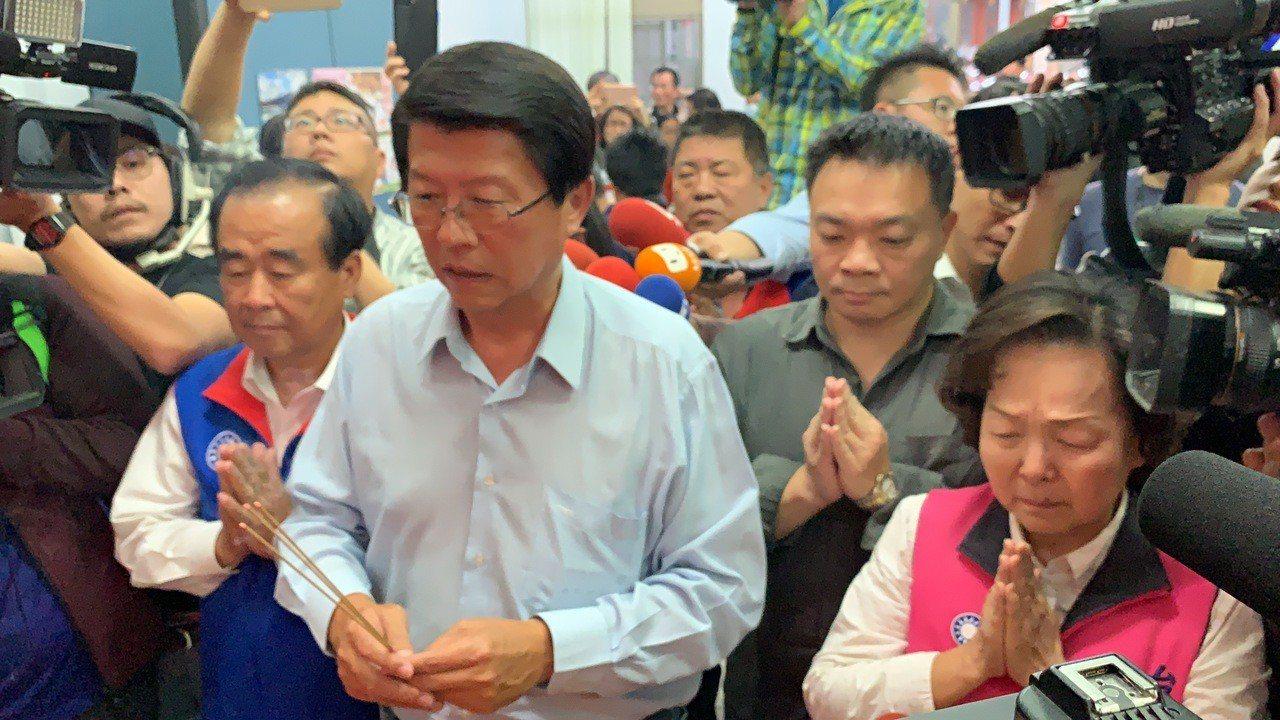 謝龍介落選,資深女議員洪玉鳳抱著痛哭。記者吳淑玲/攝影
