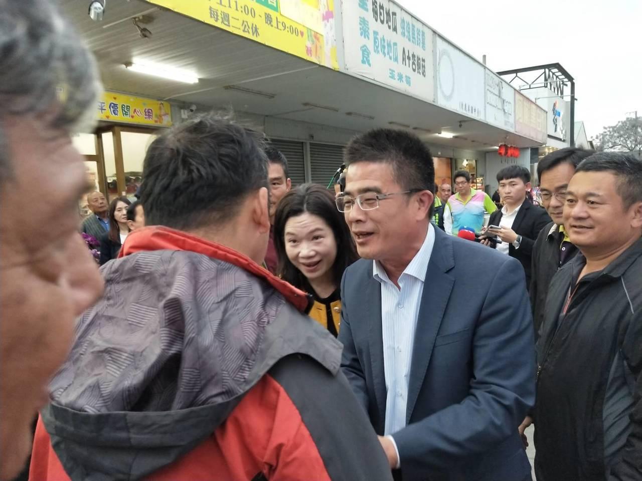 民進黨候選人黃振彥(右 )承認敗選後,向競選總部外的支持者一一握手感謝,並表達努...