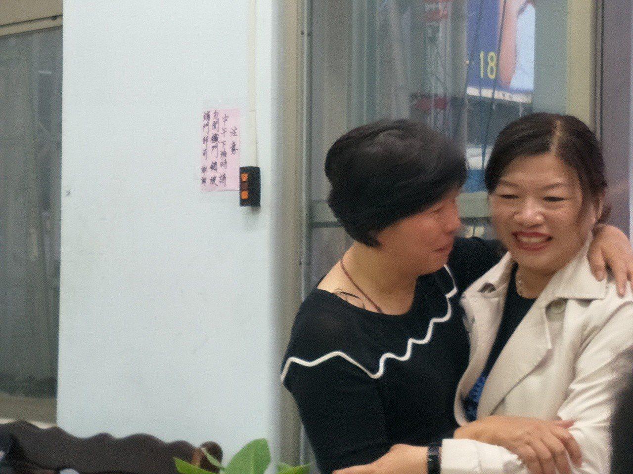 台南市議員方一峰妻子李麗琴(左)給謝龍介妻子李佳芬熱情擁抱、打氣。記者謝進盛/攝...