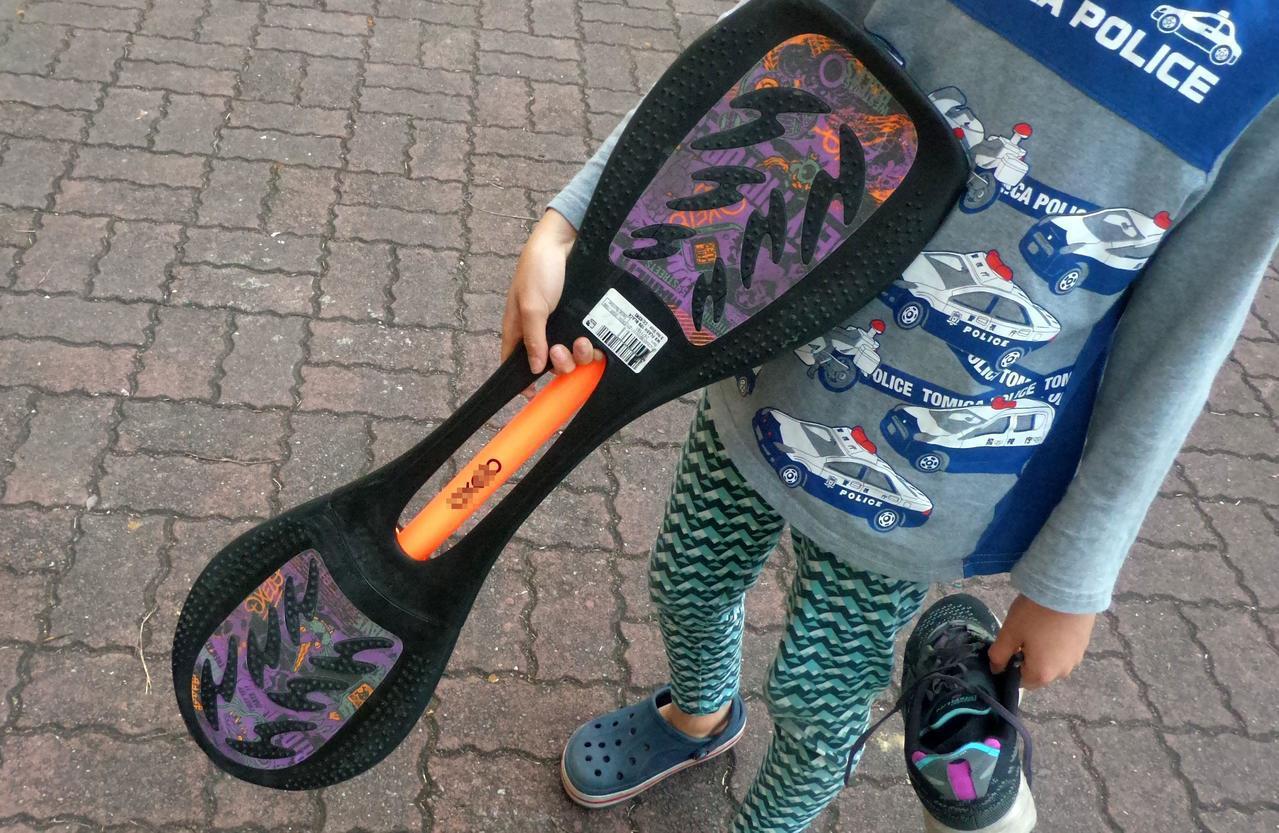許姓女子帶兒女到校園玩蛇板,不料摔倒傷。記者林保光/攝影