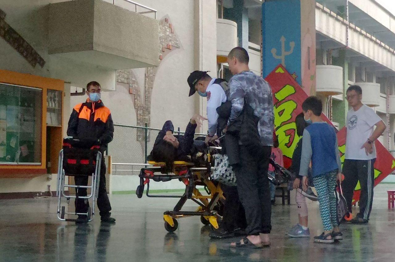 許姓女子夫婦帶兒女到校園玩蛇板,不料許女摔倒受傷,救護人員正準備將她送醫。記者林...