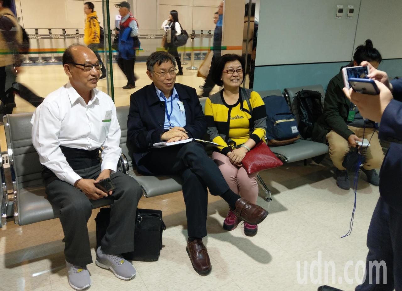 柯文哲晚上出訪美國,在候機室有民眾要求跟市長合影。記者鄭超文/攝影