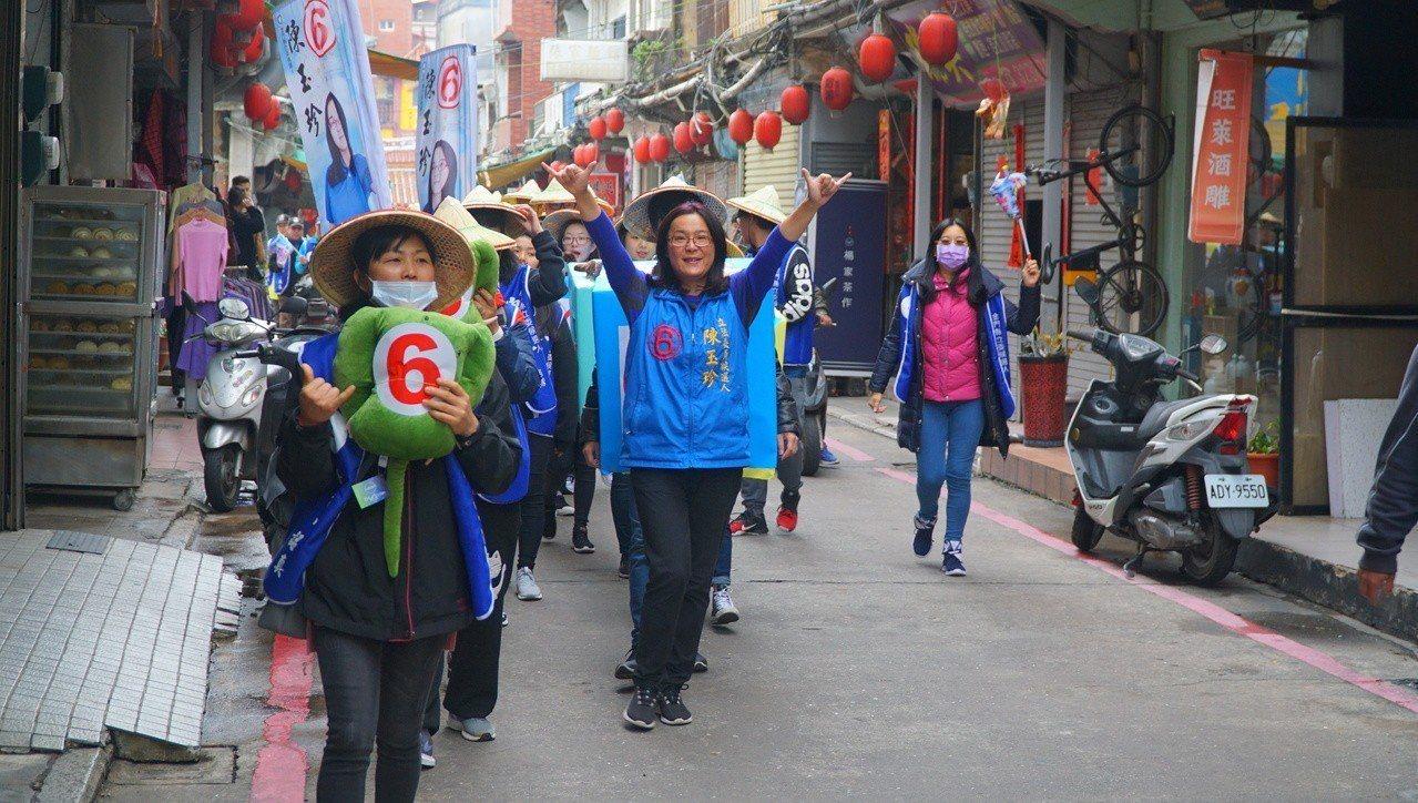 無黨籍候選人陳玉珍選擇用徒步的方式,到金城各主要道路掃街拜票。本報資料照片