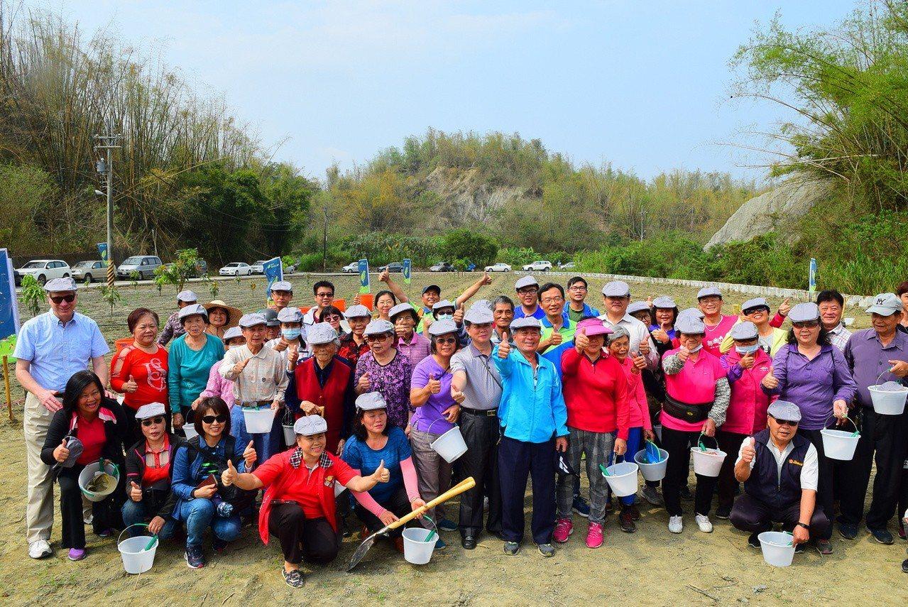 林務局屏東林管處邀集社區居民一起種樹。圖/林務局提供