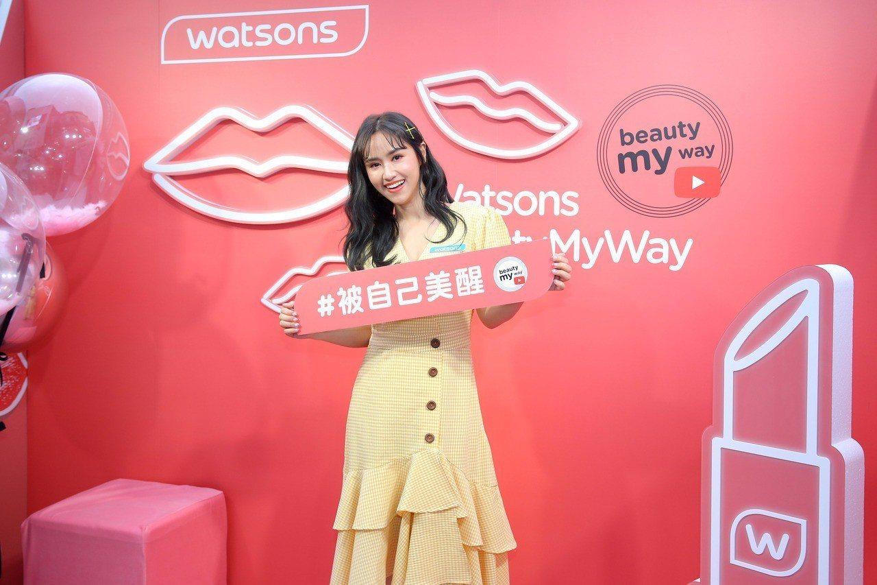 2019年大勢代表色「活珊瑚橘」唇彩是吳姍儒的新歡。圖/屈臣氏提供
