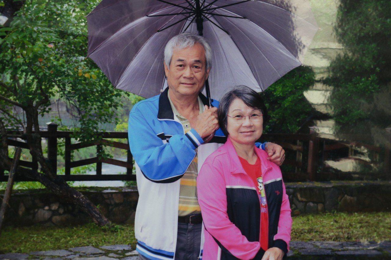 69歲的林中興十年前罹患阿茲海默症,開沒想到太太也罹患巴金森氏症,身體行動不便,...