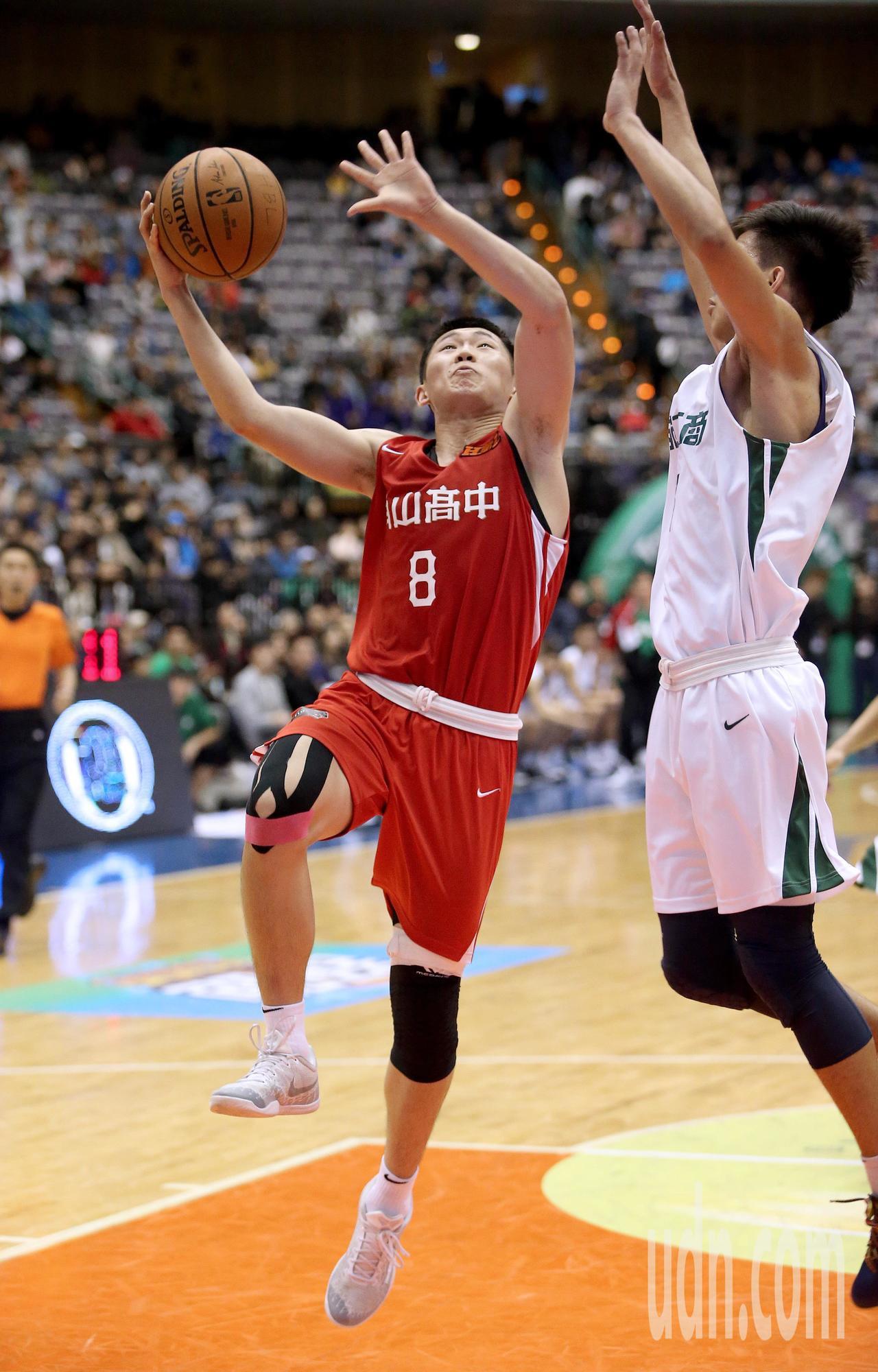 南山高中李沛澄(左)閃過防守上籃得分。記者余承翰/攝影