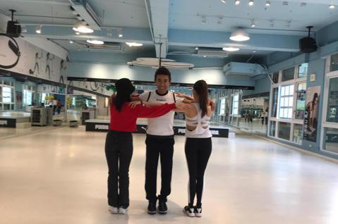 有氧天王潘若迪平時跳有氧做運動就已點子多又有趣而出名,近來因美國朋友讓他看了一個家庭影片「三角舞」,讓他靈機一動,立馬開始號召身邊藝人朋友與學生、網友們一起學跳「三角舞」。「三角舞」基本三人為一組,...