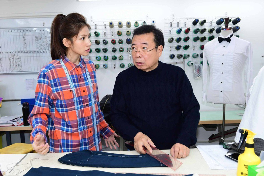 廖峻(右)、李千那在「寸尺」戲中,演出裁縫師、服飾品牌經理,父女檔對手戲十分精彩...