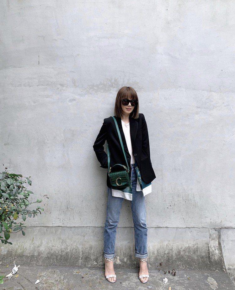 Melody以豔綠色鱷魚皮壓紋Mini Chloé C演繹日常穿搭。圖/取自I...