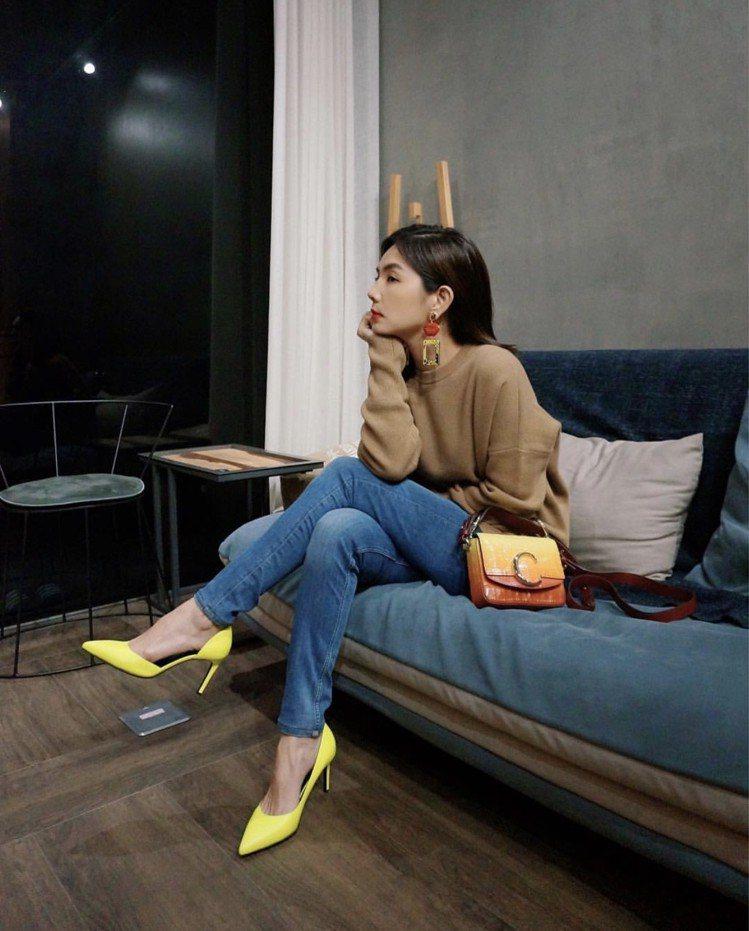 Ella選用漸層夕陽色Mini Chloé C包款,售價52,500元。圖/取...