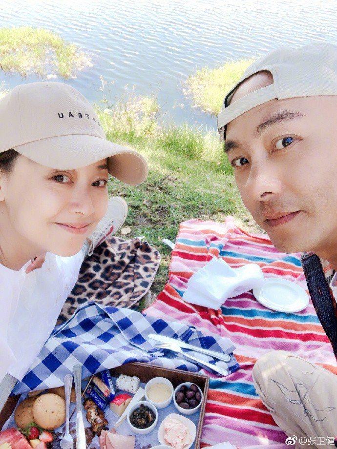 張衛健和老婆張茜結婚多年依舊恩愛。圖/摘自微博