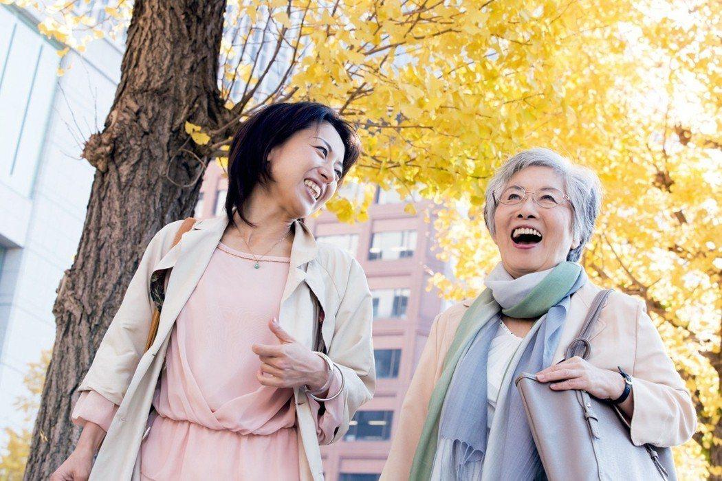 根據一份新報告,儘管快樂可以在任何年齡找到,但首先會在16歲達到高峰。然而,別擔...