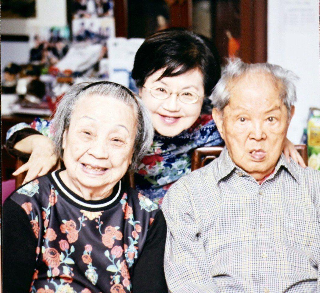 劉毓珠(中)照顧失智的母親巫庭妹,雖然辛苦,但有整個家族的支援,非常感恩。