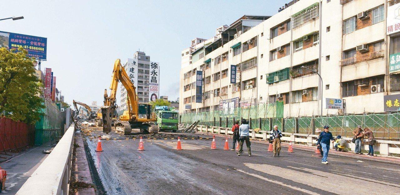有44年歷史的高市大順陸橋昨天開始拆除。 記者楊濡嘉/攝影
