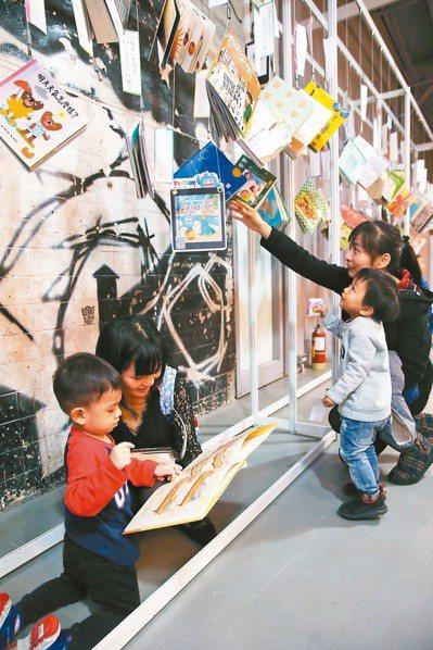 聯合報系「願景工程」昨天在華山文創園區舉辦「大風吹~吹翻書的人」閱讀嘉年華,吸引...