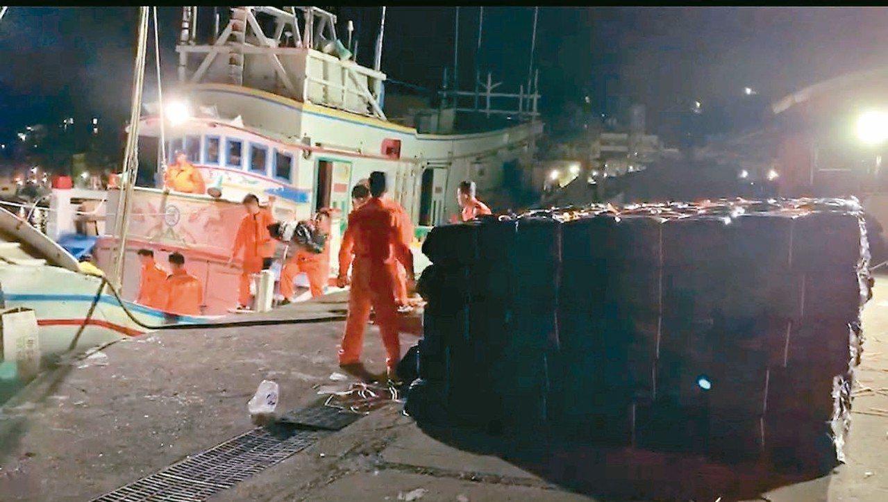 海巡署前晚在基隆正濱漁港查獲漁船夾藏六百箱私菸。 記者游明煌/翻攝