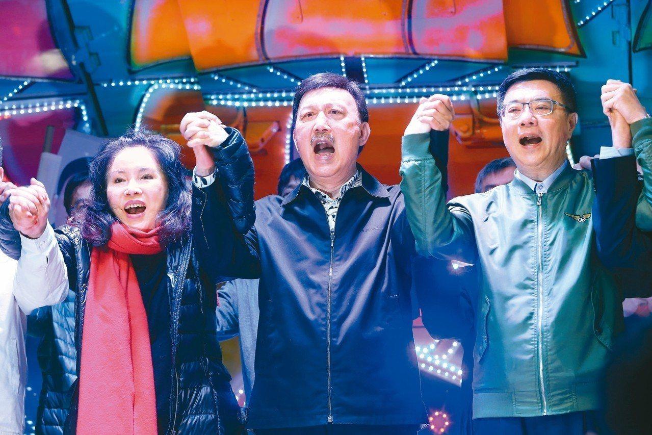 新北三重立委補選民進黨候選人余天(中)確定當選後,與黨主席卓榮泰(右)、妻子李亞...