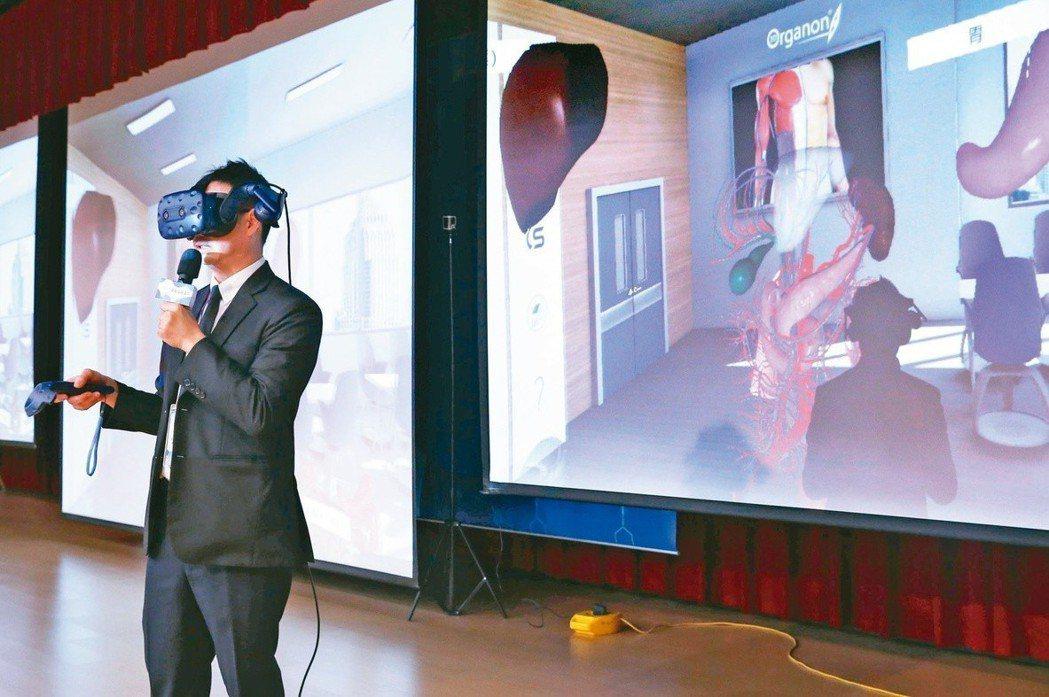 醫師解說病情正式進入虛擬實境(VR)時代,萬芳醫院一般外科主任張渭文示範,戴上V...
