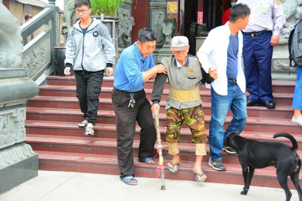 台南立委補選雖然投票率不高,但也有行動不便民眾不放棄神聖一票,由家人扶著完成投票...