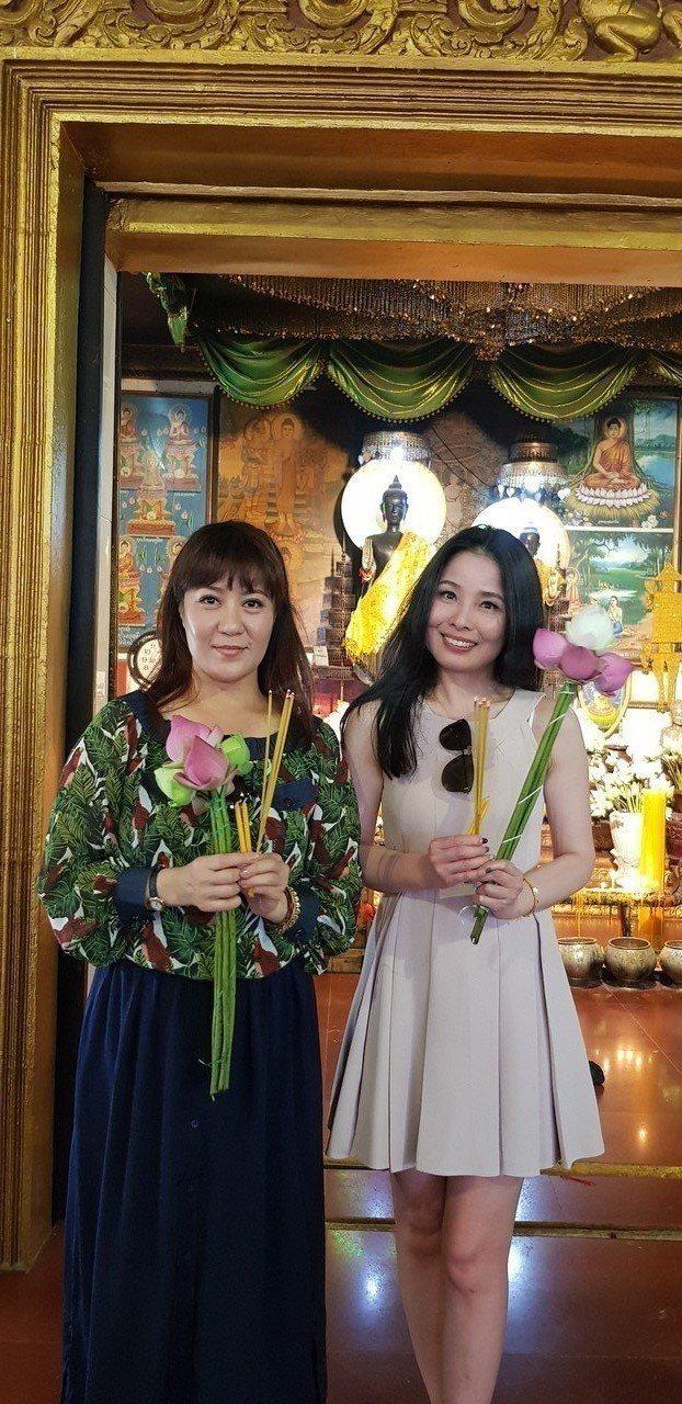呂文婉(右)與林姿佑到柬埔寨姊妹廟還願。記者杜沛學/攝影