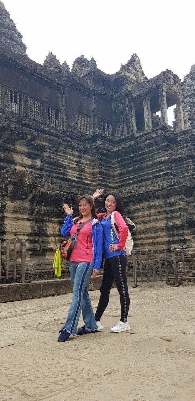呂文婉(右)與林姿佑參訪柬埔寨小吳哥窟遺跡。記者杜沛學/攝影