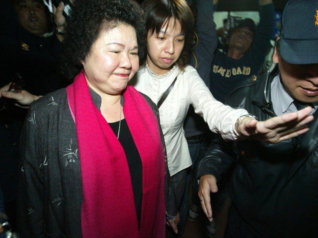 2006年高雄市長選舉。國民黨高雄市長候選人黃俊英因選前之夜的「走路工」事件,一...