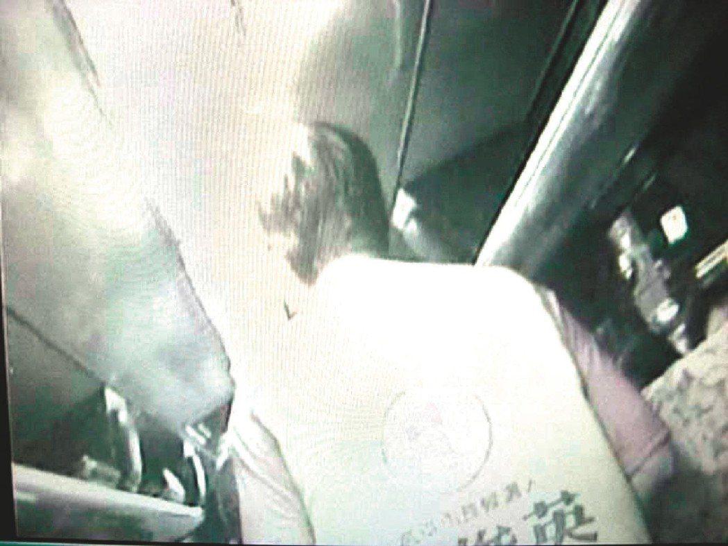 陳菊陣營指控白衣人,在遊覽車上發放走路工,疑似為黃俊英賄選。圖/陳菊陣營提供