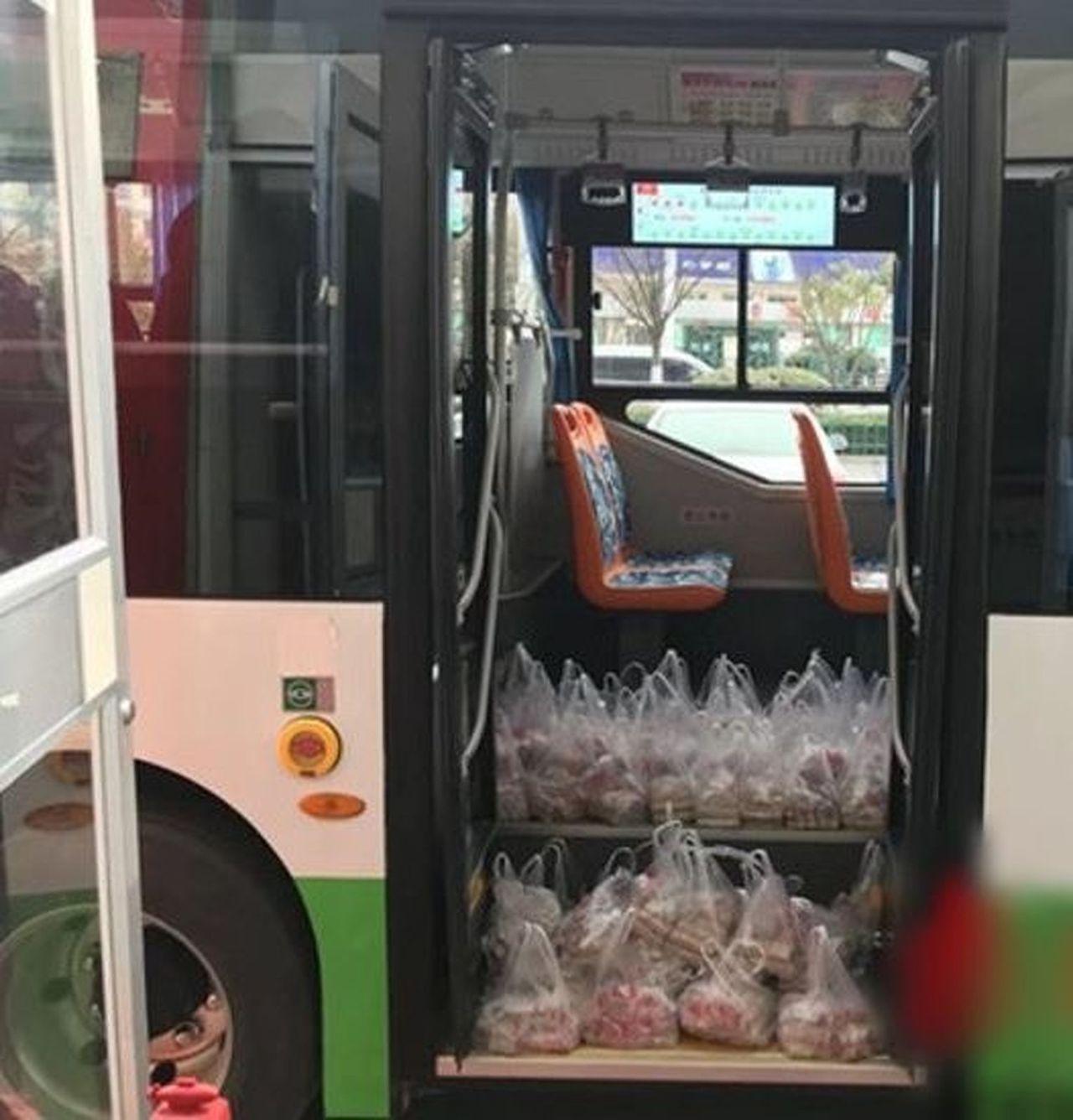江蘇男子出動三輛麵包車、一輛公車才把5.8噸硬幣送到銀行。 (取材自微博)