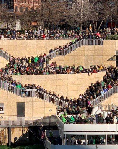 芝加哥中午還推出盛大的聖派翠克節遊行,數十萬民眾身上穿戴綠色衣物共襄盛舉。 世界...