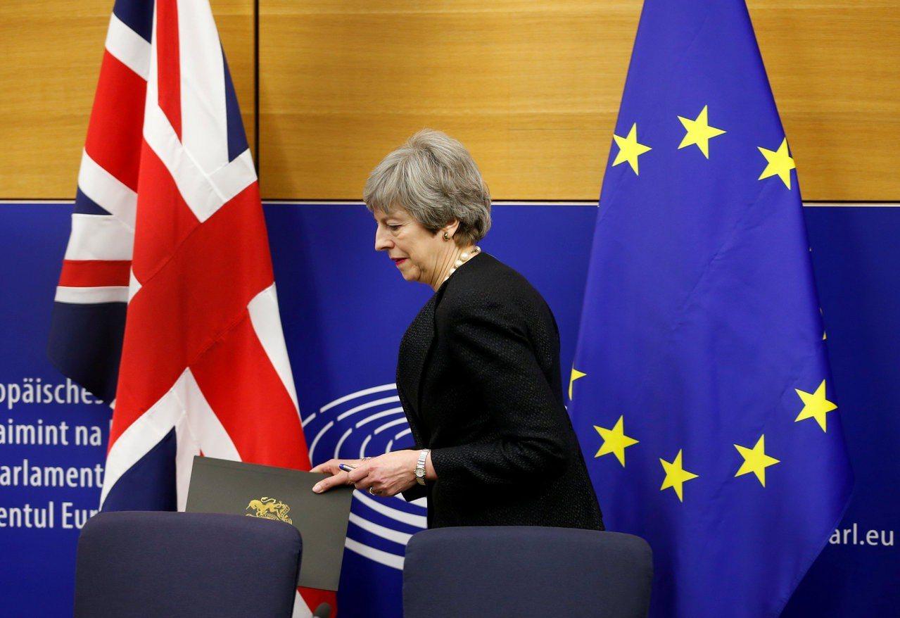 梅伊首相寶座難保,恐需下台換脫歐協議過關。 路透