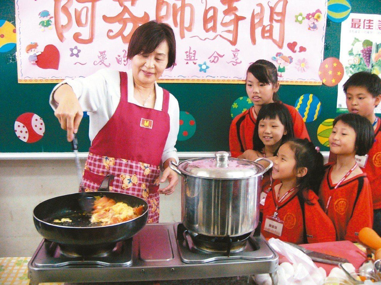 蘇治芬在雲林縣長任內到國小擔任「一日媽媽」,煮出羅宋湯、番茄炒蛋,與學童同樂。 ...