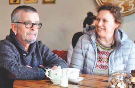 詹姆斯(右)的另一伴德維,有如她的「導盲犬」。 翻攝自BBC
