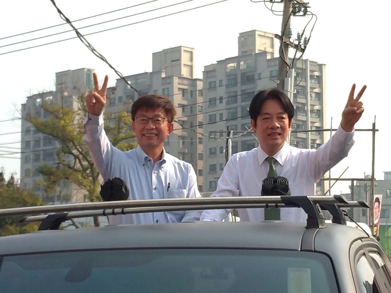 台南立委補選當選人郭國文(左)今早由前行政院長賴清德陪同,展開謝票行程。 記者莊...
