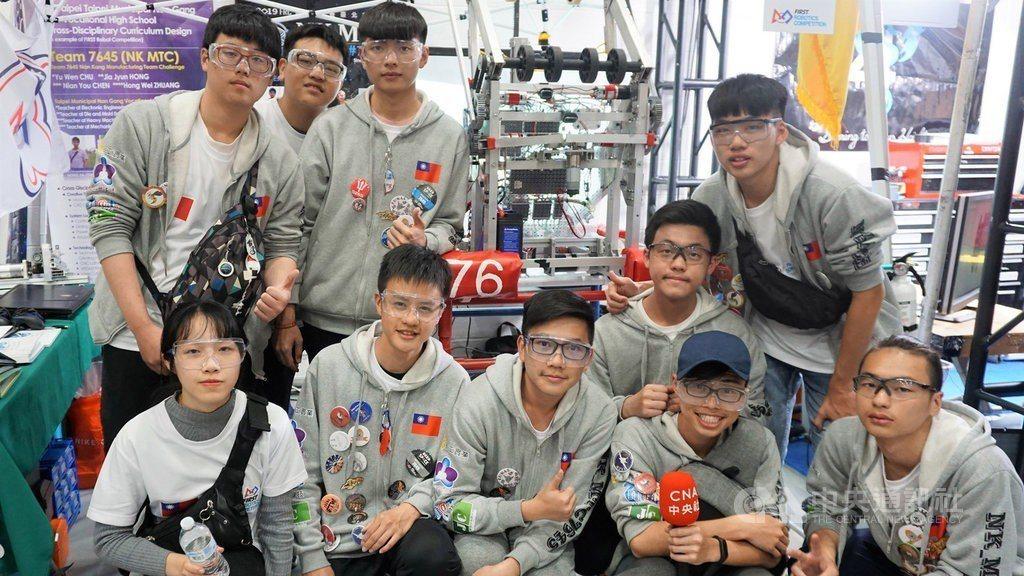 台北市立南港高工(圖)團隊在洛杉磯參加國際機器人競賽,集結模具科、電子科、重機科...