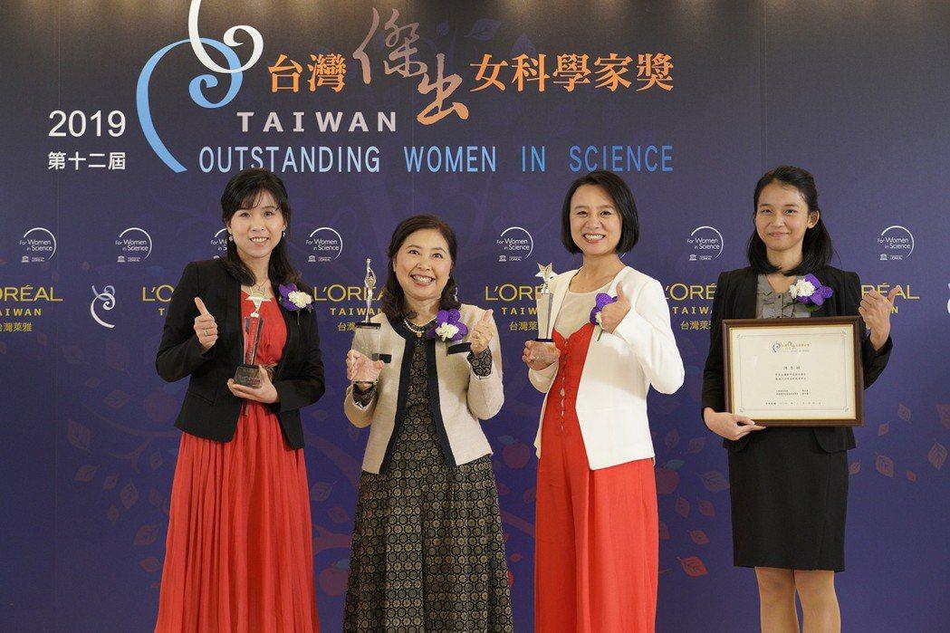 「第12屆台灣傑出女科學家獎」得主合影(由左至右):新秀獎得主周苡嘉博士、傑出獎...
