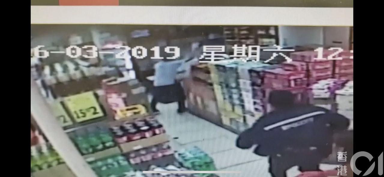 疑犯持刀揮向男經理時,員警已趕赴現場。 香港01/影片截圖