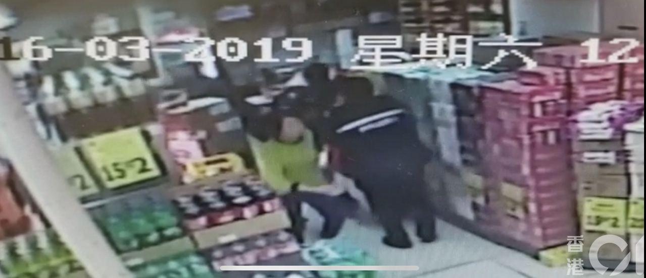 一名員警拔槍指向犯嫌。 香港01/影片截圖