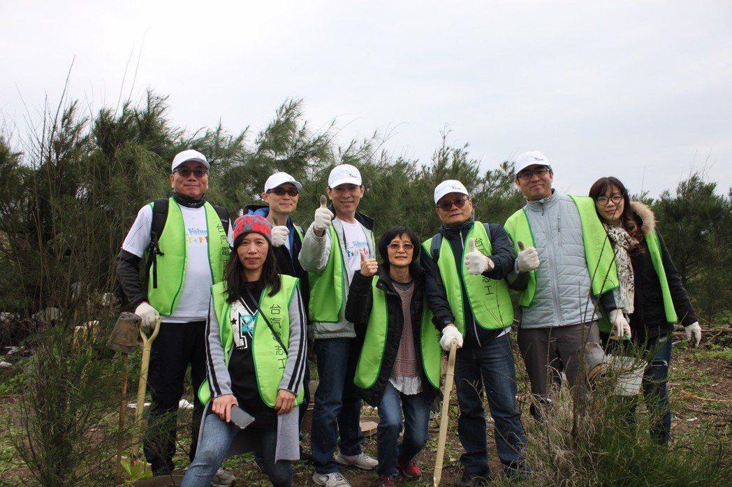 台汽電張明杰董事長(右三)帶領台汽電志工社金山海岸種樹。 台灣汽電共生公司/提供