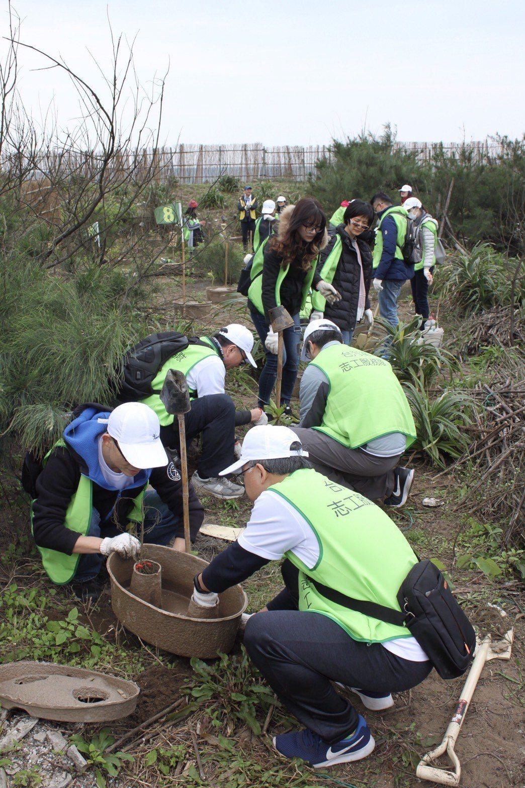 台汽電志工們用水寶盆種下一棵棵原生樹種。 台灣汽電共生公司/提供