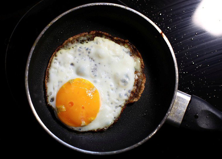 美國西北大學調查指出,每日攝取300毫克膽固醇的受訪者,罹患心血管疾病的風險增加...
