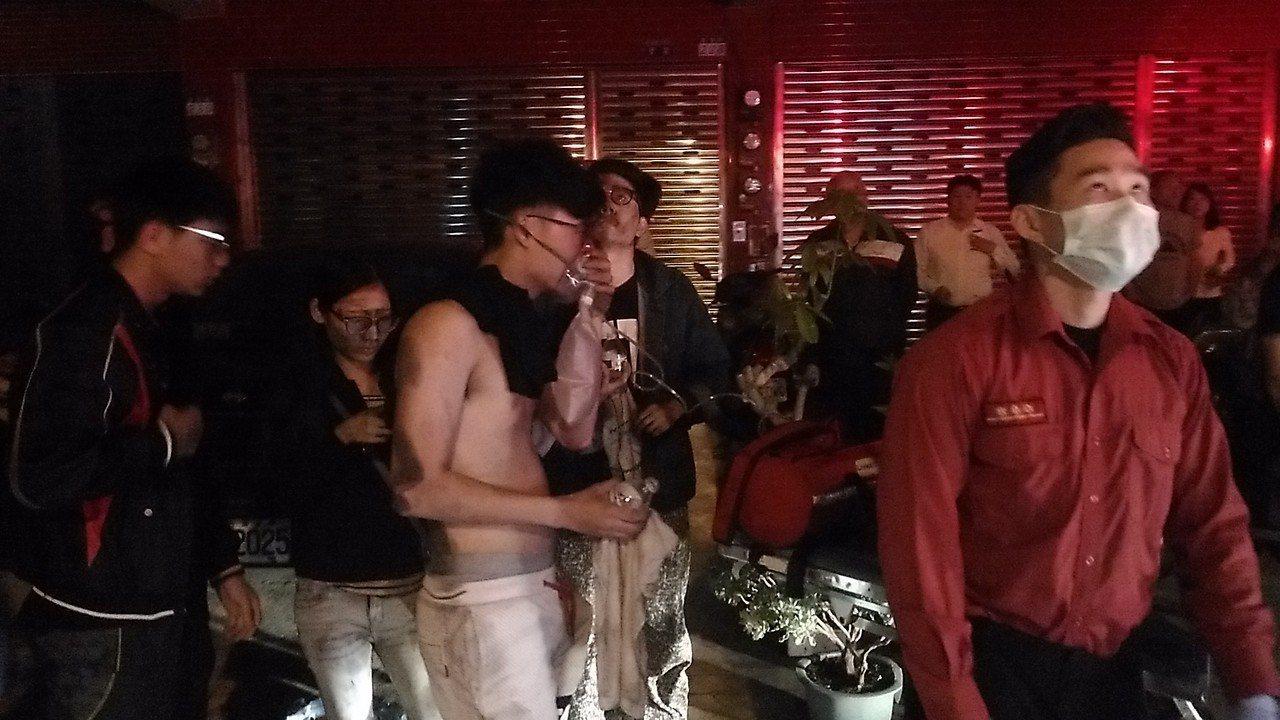 台南市凱旋路五樓公寓地下室冒濃煙,十多人嗆傷。記者黃宣翰/攝影