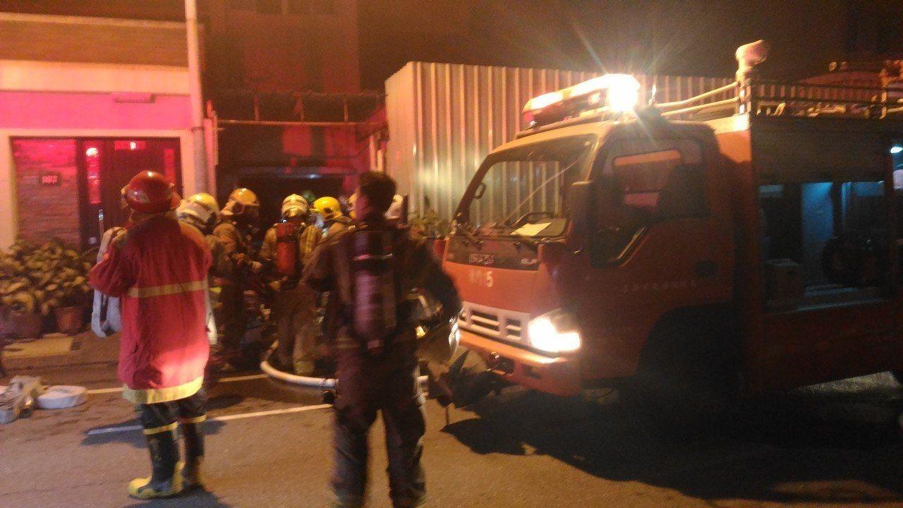 台南市凱旋路五樓公寓地下室冒濃一煙,十多人嗆傷。記者黃宣翰/攝影