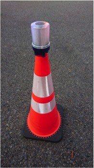 警報型警示燈裝設在交通錐頂端。圖/高公局提供