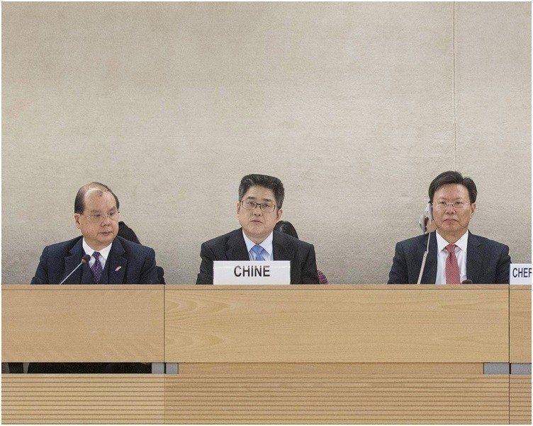 中共副外長樂玉成(中)出席聯合國核可中國國別人權審議報告會議。新華社